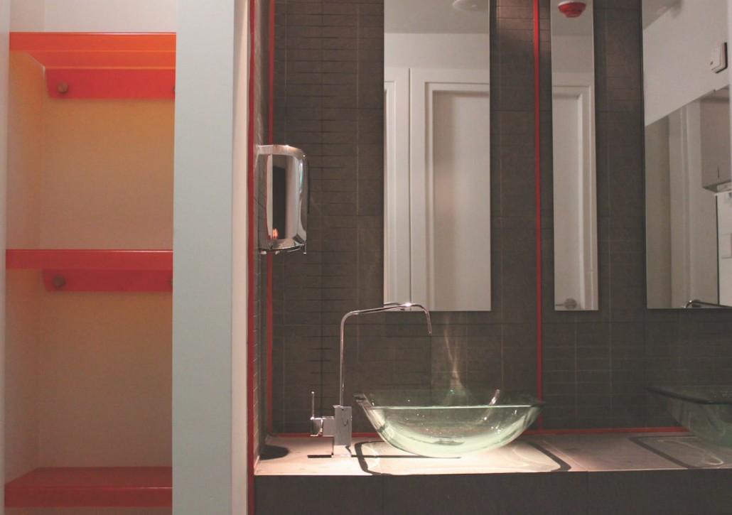restroom-design-colour-contrast-glass-orange
