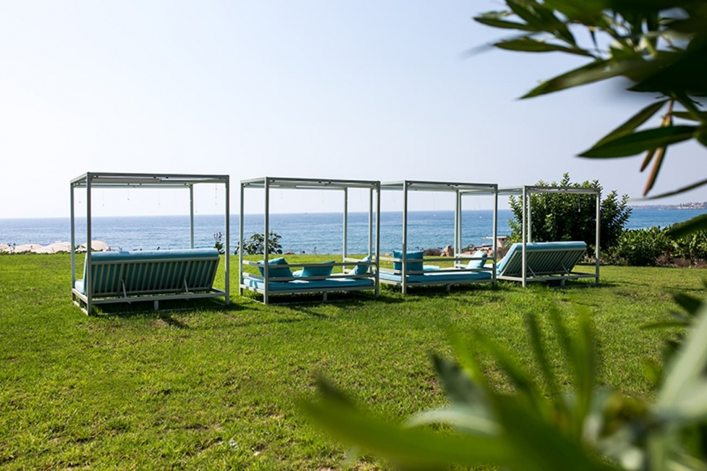 relax-daybed-pool-seaview-hotel-Kissonerga