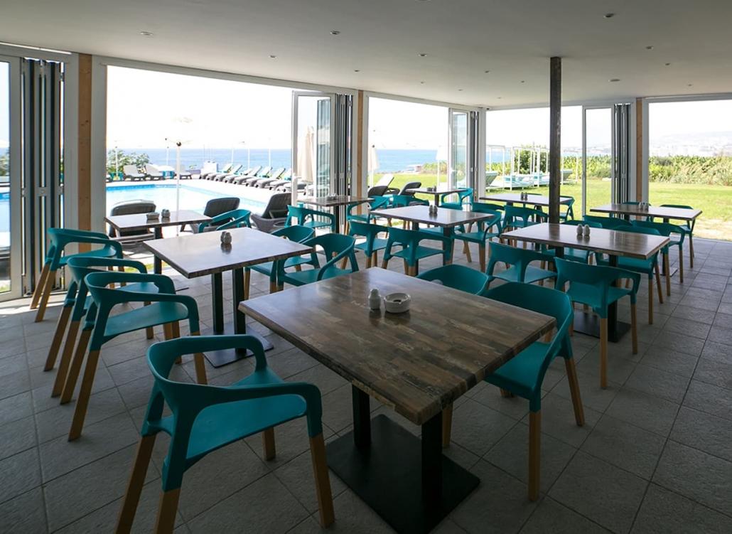 restaurant- bar-hotel-interior-daytime